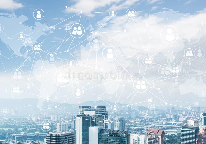 Moderne Stadt und Sozialnetz als Konzept für globale Vernetzung lizenzfreies stockbild