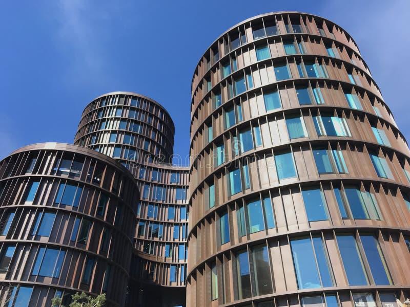 Moderne Stadtarchitektur Au?enansicht von hohen Aufstiegsgeb?uden mit Hintergrund des blauen Himmels lizenzfreie stockfotos