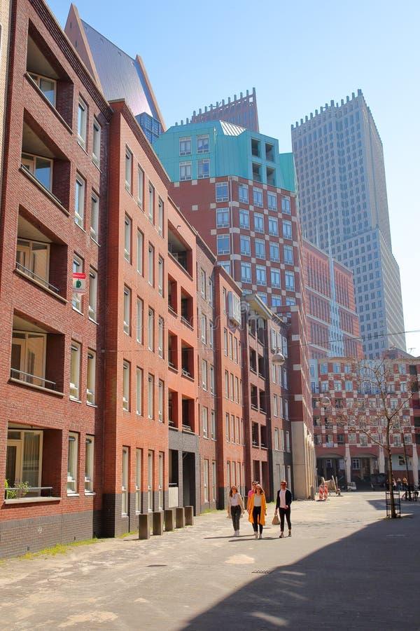 Moderne Stadtentwicklung gelegen auf Calliopestraat mit Wolkenkratzern im Hintergrund lizenzfreies stockbild