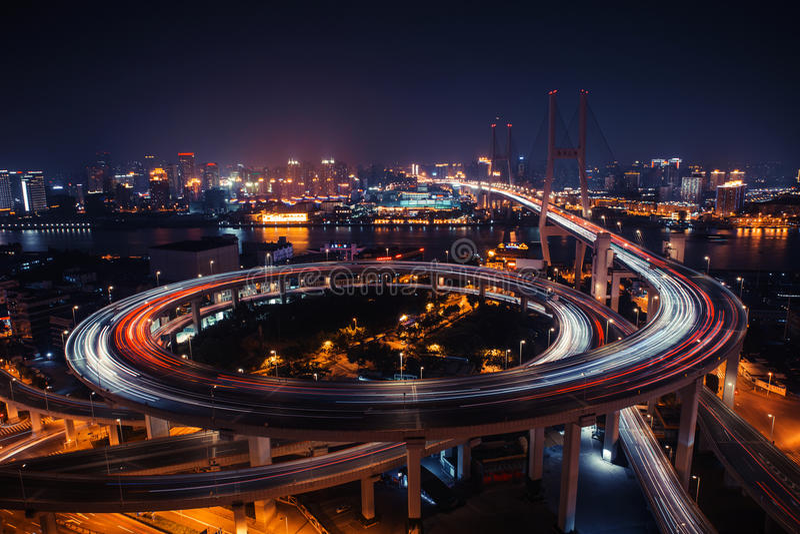 Moderne Stadtverkehrsstraße nachts Transportkreuzung stockbild