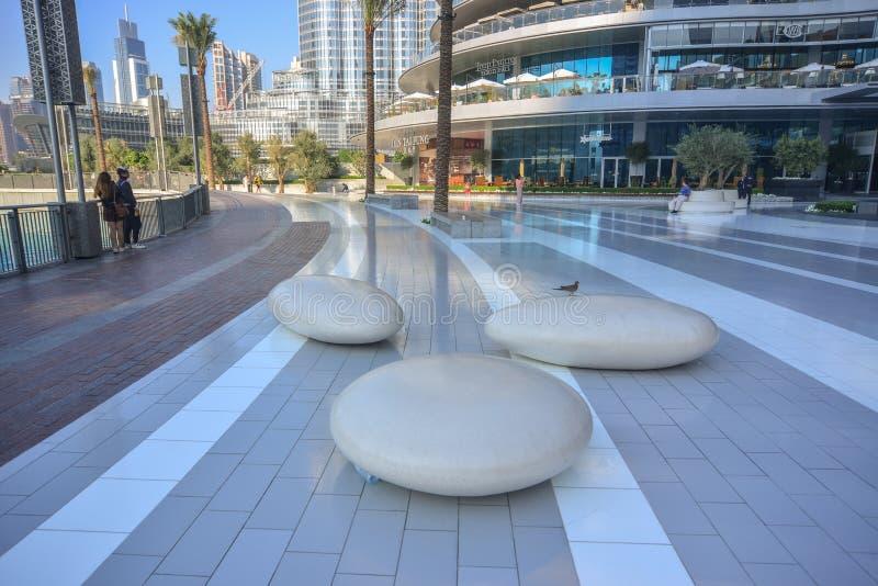 Moderne steenstoelen bij het park van de Wandelgalerij van Doubai stock foto