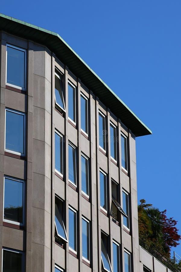 Moderne Steinfassade in Mailand lizenzfreies stockfoto