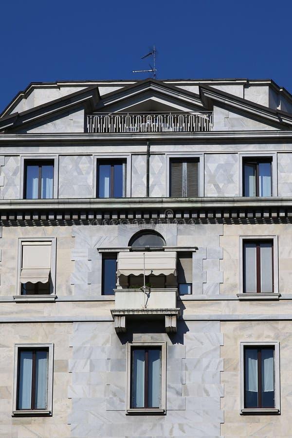 Moderne Steinfassade in Mailand lizenzfreie stockbilder