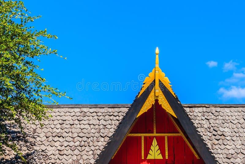 Moderne stijl van de dakgevel met de rode en gouden decoratie onder blauwe hemelachtergrond royalty-vrije stock afbeelding