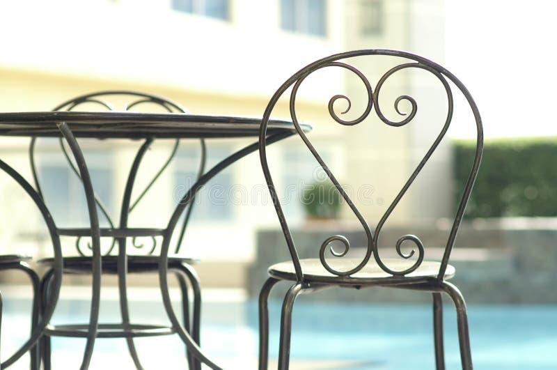 Moderne stoelen naast pool stock fotografie