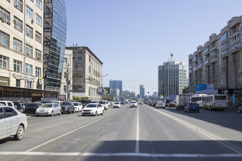 Moderne straat van de grote Russische stad Novosibirsk, ulitsa Oktyabr 'Magistral skaya royalty-vrije stock foto's