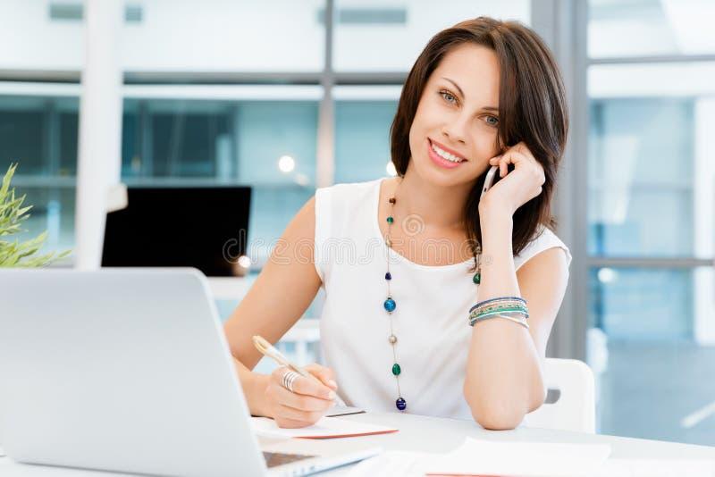 Moderne succesvolle bedrijfsvrouw stock afbeeldingen