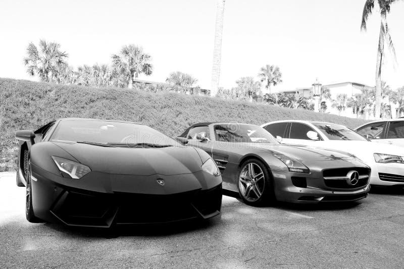 Moderne super die sportwagen bij hotel in Zuid-Florida wordt geparkeerd stock afbeeldingen