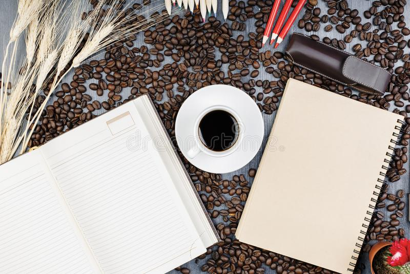 Moderne Tabelle mit Notizblock und Kaffee stockbilder