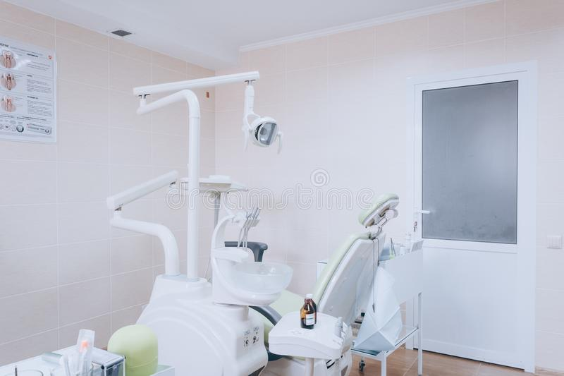Moderne tandruimte De tandartsen zitten en hulpmiddelen voor Tandzorg, tandhygiëne, controle en therapieconcept Witte toon royalty-vrije stock afbeeldingen
