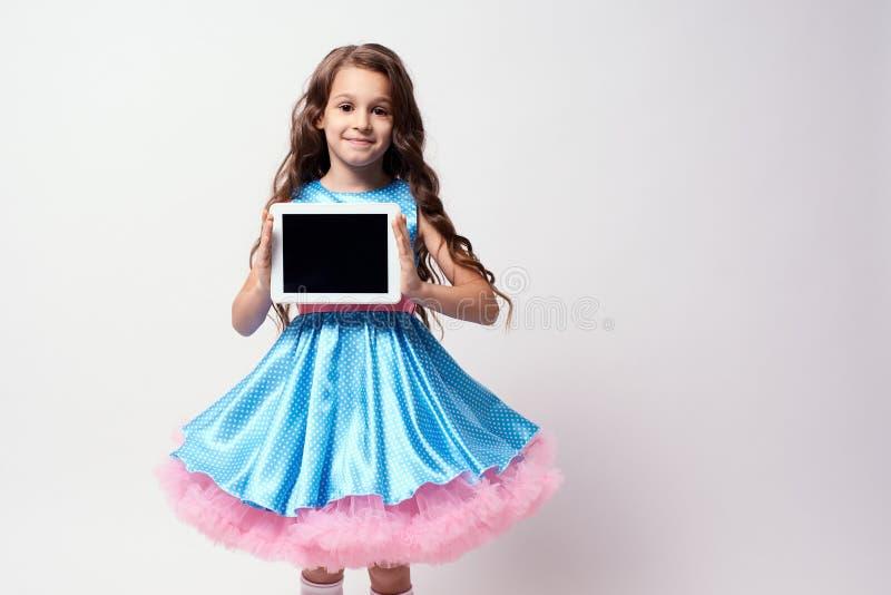 Moderne technologieën Geconcentreerde Delia Weelderige blauwe kleding royalty-vrije stock afbeeldingen