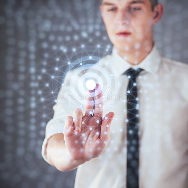 Moderne technologieën, het concept van Internet en van het netwerk - de mens, drukt de knoop op het virtuele scherm stock afbeeldingen