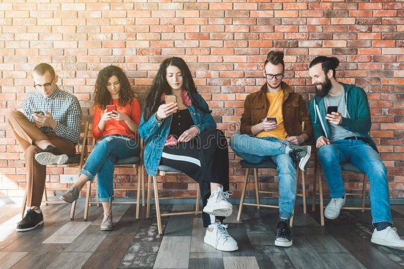 Moderne Technologie der Millennials-Arbeitskraft-Mobilität stockfoto