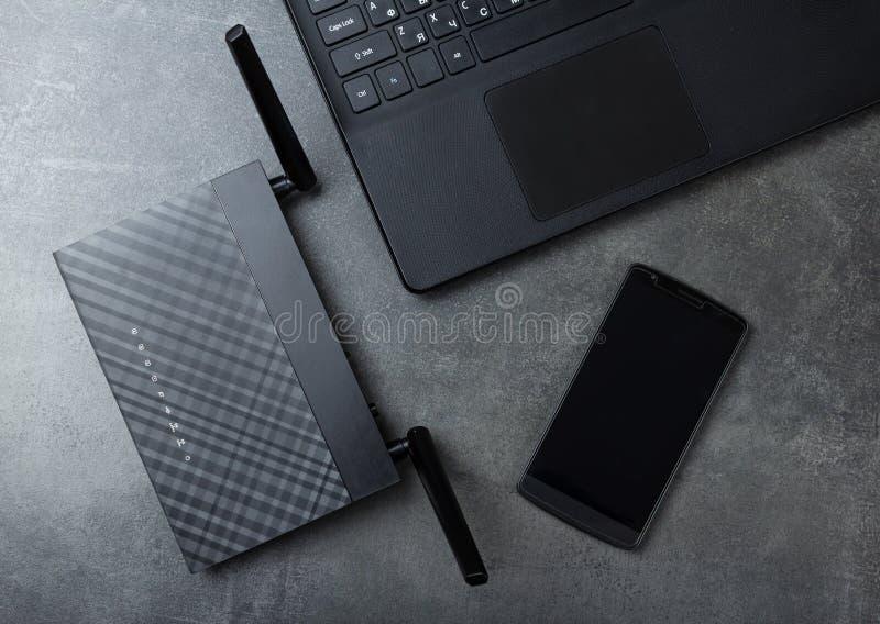 Moderne Technologie-drahtlose LAN-Wi-FI, Computer und Telefon auf Grau lizenzfreie stockfotografie