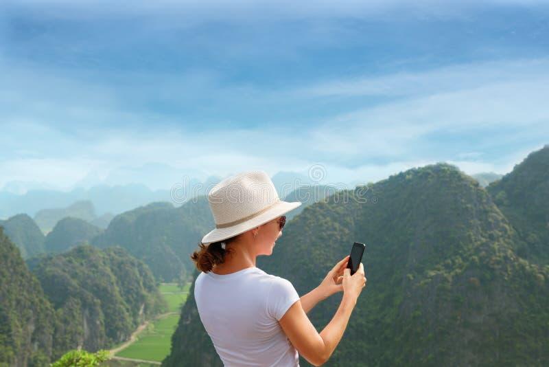 Moderne technologie en mededeling Online ben in reis Jonge vrouw die smartphone gebruiken stock afbeelding