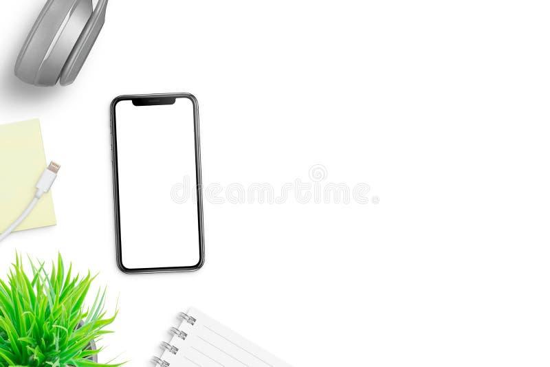 Moderne telefoon met het witte, lege scherm op bureau met vrije ruimte op rechterkant voor tekst royalty-vrije stock foto