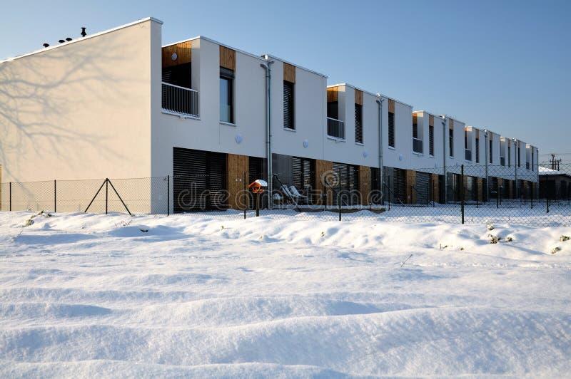 Moderne terassenförmig angelegte Familienhäuser mit einem Balkon stockbild