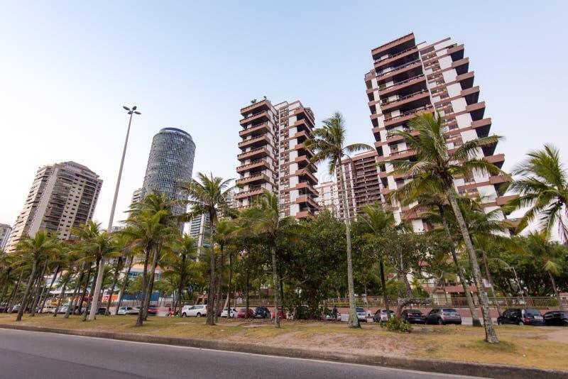 Moderne teure Wohngebäude und Palmen stockbilder