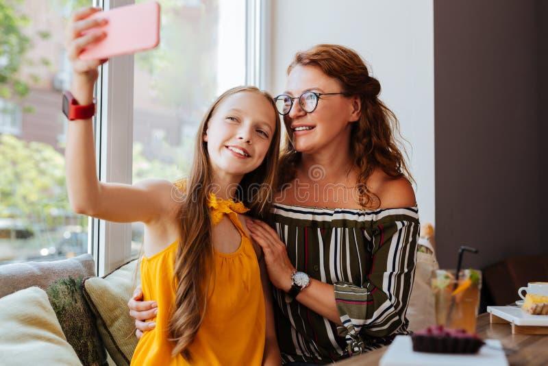Moderne tiener die selfie met moeder maken stock fotografie