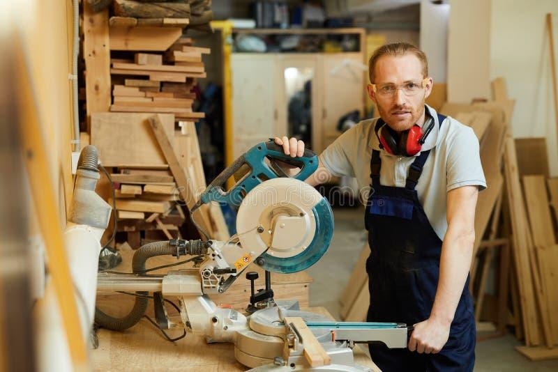 Moderne Timmerman Posing in Workshop stock foto