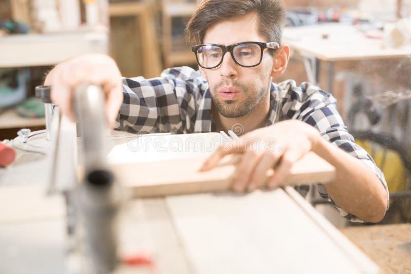 Moderne Timmerman Working met Machines stock foto