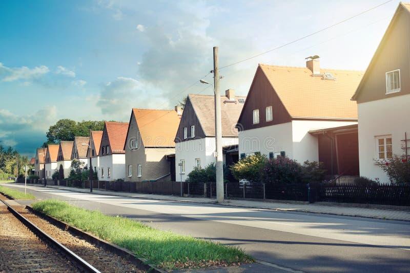 Moderne tipical terassenförmig angelegte weiße Häuser in Dresden, Deutschland lizenzfreie stockfotografie