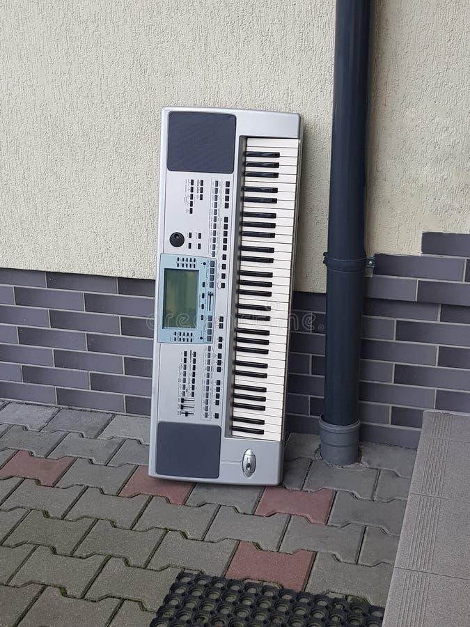 Moderne toetsenbord meer synthesier linkerzijde buiten het buliding, het materiaalconcept van de tweede handmuziek stock foto's