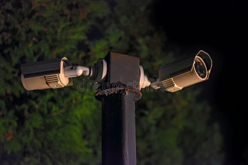 Moderne toezichtcamera's op de donkere nachtstraat Kabeltelevisie-Veiligheidscamera's De stad van de nacht stock foto's