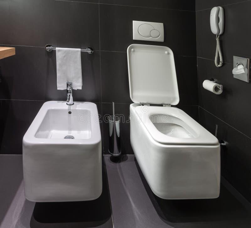 Bidet Benutzung moderne toilette und bidet im badezimmer stockfoto bild