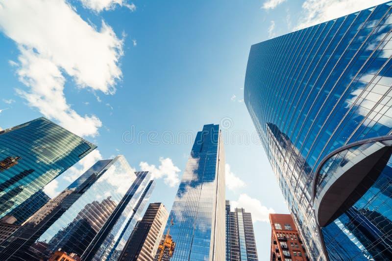 Moderne torengebouwen of wolkenkrabbers in financieel district met wolk op zonnige dag in Chicago, de V.S. Bedrijfsorganisatiecon stock afbeeldingen
