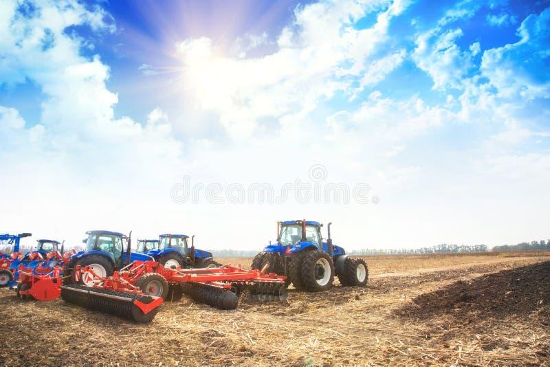 Moderne Traktoren auf dem leeren Gebiet lizenzfreie stockfotos