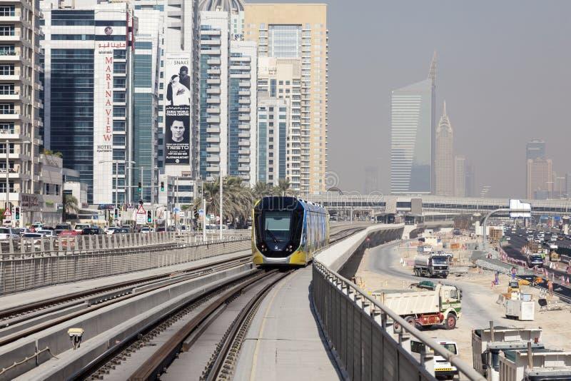 Moderne tram in de Jachthaven van Doubai stock afbeeldingen