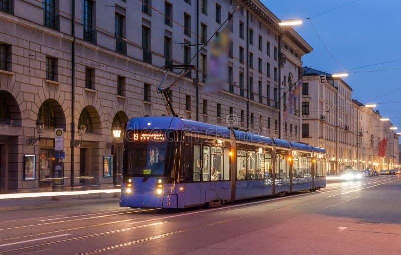 Moderne Tram im München-Stadtzentrum - Deutschland, Bayern stockfotografie