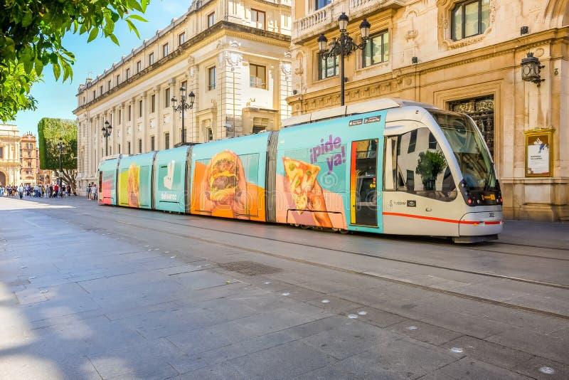 Moderne Tram im Stadtzentrum von Sevilla stockfotografie