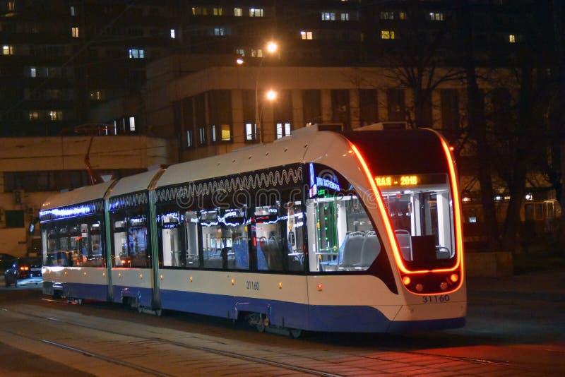 Moderne tramspooraandrijving in de stadscentrum van Moskou stock foto's