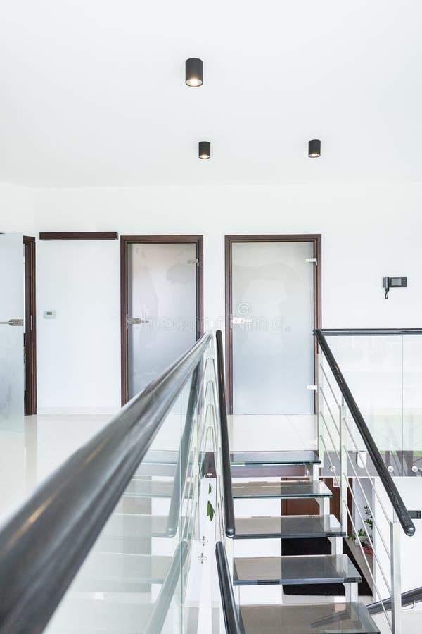 Moderne trap in ontworpen huis stock fotografie