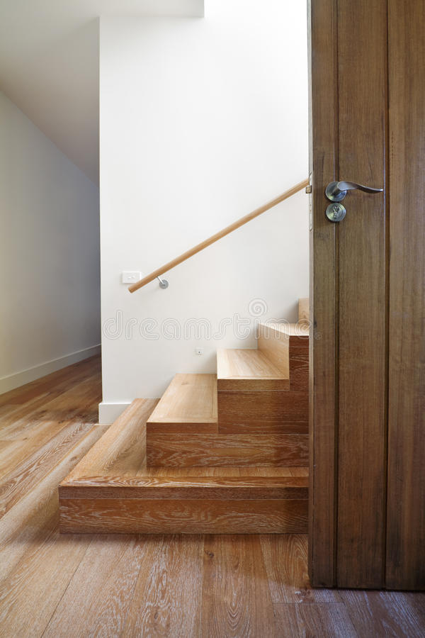 Moderne trap van eiken hout naast voordeur royalty-vrije stock fotografie