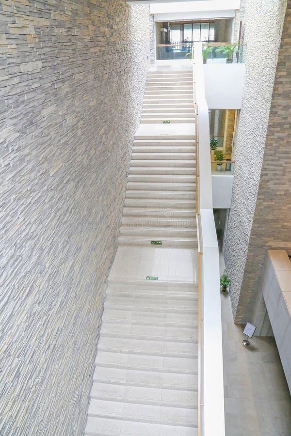 moderne treppen stockfoto bild von aufbau wand b ro 45491434. Black Bedroom Furniture Sets. Home Design Ideas