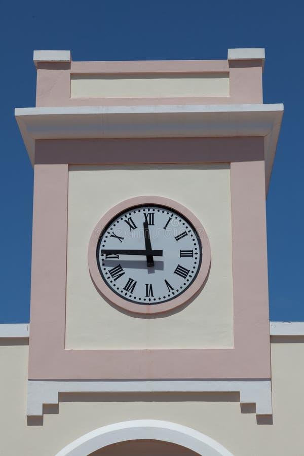 Moderne Uhr auf dem Turm stockfoto