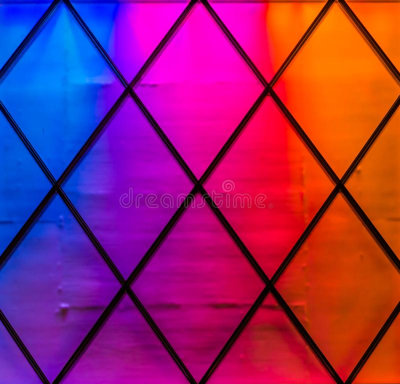 Moderne und bunte Lichter in den Farben blau, purpurrot, im Rosa, in Rotem und in Orange Diamantmuster, heller Neonhintergrund lizenzfreie stockfotografie