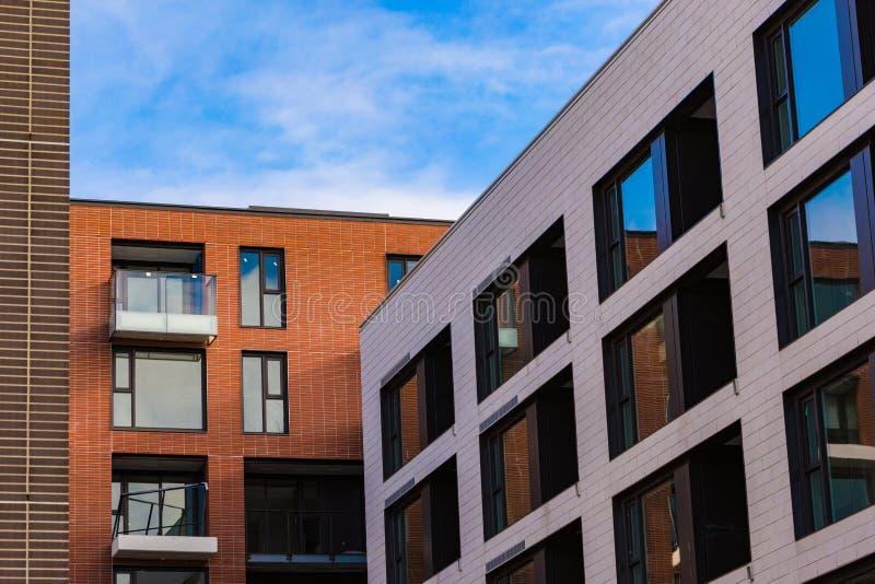 Moderne und neue Wohnanlage Mehrstöckiger, moderner, neuer und stilvoller lebender Wohnblock Grundbesitz? Häuser, Ebenen für Verk stockfotografie