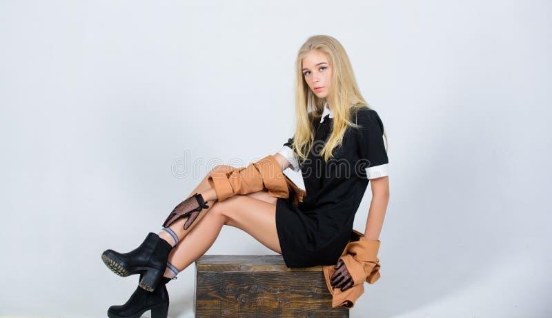 Moderne Uniform Weinlese und Retrostil Weinlesemodekonzept Elegantes schwarzes Kleid der blonden Abnutzung des Mädchens formal lizenzfreie stockfotos