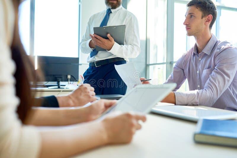 Moderne Unternehmer, die Projekte in der Sitzung planen lizenzfreie stockfotos
