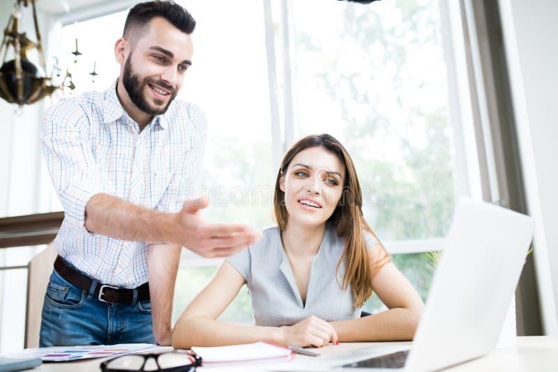 Moderne Unternehmer im Büro stockbilder