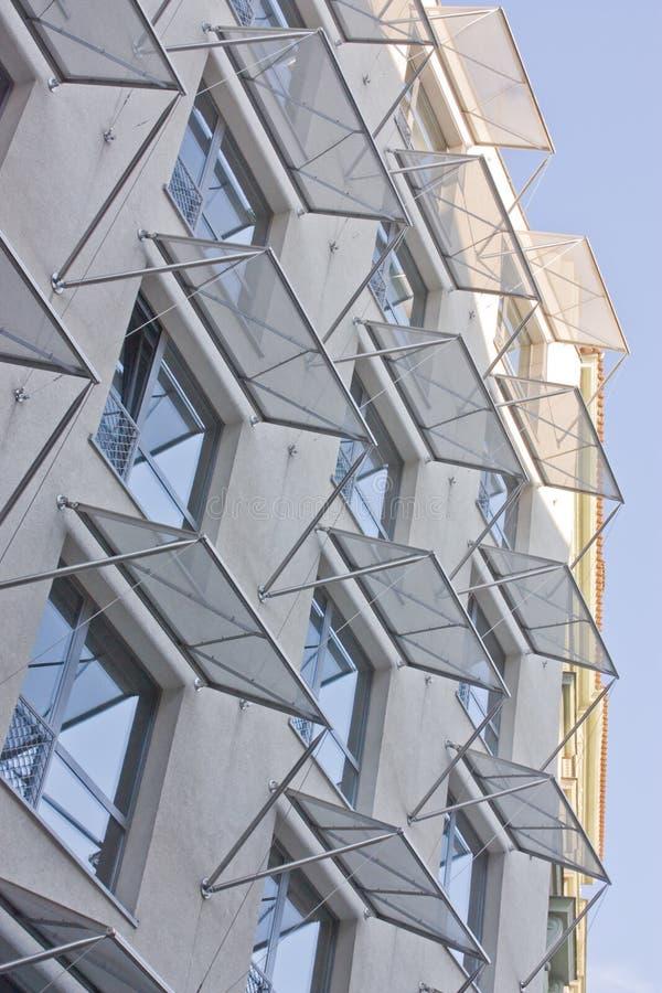Moderne vensters met markttenten stock foto