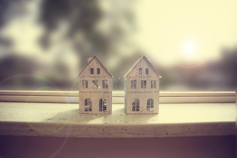 Moderne venstervensterbank, close-up met twee kleine witte huizendecoratie royalty-vrije stock afbeeldingen