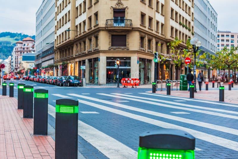 Moderne verkeerslichtenposten bij de voetgangersoversteekplaats stock afbeelding