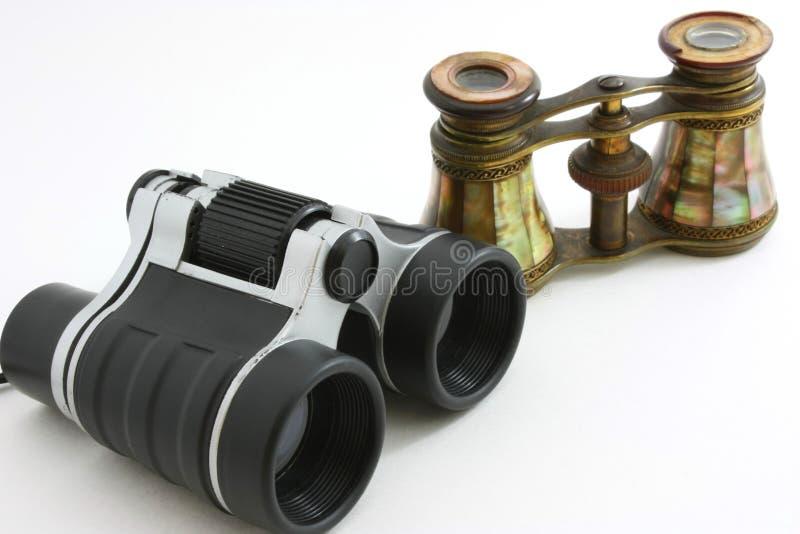 Moderne verrekijkers en antieke operaglazen stock fotografie