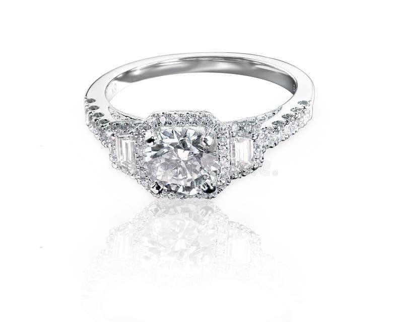Moderne vierkant en de smaragd snijdt de ring van de de stijldiamant van de drie steenhalo royalty-vrije stock foto
