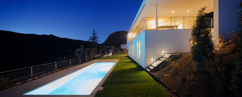 Moderne villa, buitenkant in de nacht, lichten  royalty-vrije stock foto's